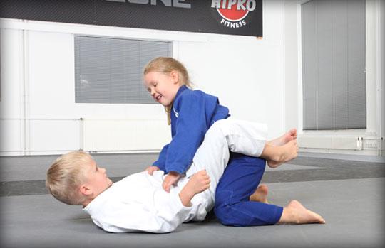 lasten taekwondo ja kamppailu