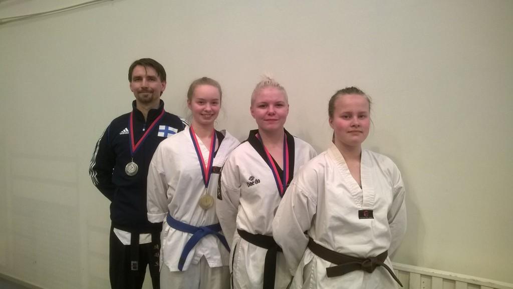 Taekwondon poomse joukkueelle mitaleja, tunnustusta ja erityspalkinto!